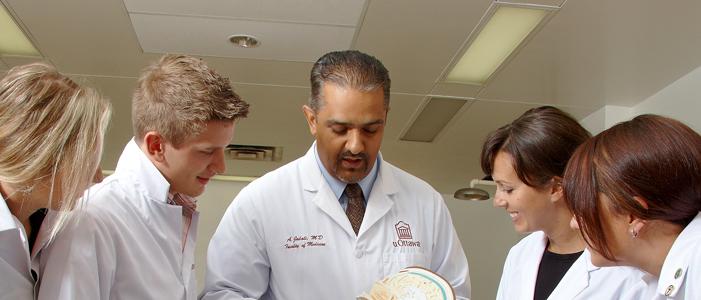 Dr Jalali, professeur d'anatomie, présente un crâne à un groupe d'étudiants