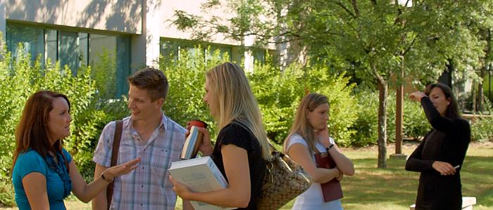Des étudiants conversent sur la terrasse du Pavillon Roger Guindon