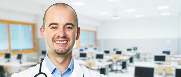 Un jeune médecin, heureux de choisir le rôle de formateur en salle de classe