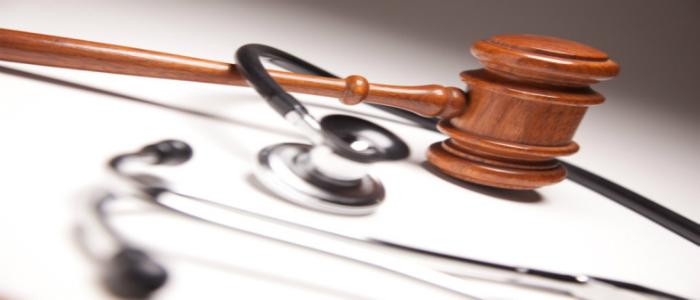 Stéthoscope et marteau de juge symbolisant les politiques à suivre pour organiser des évènements de FMC