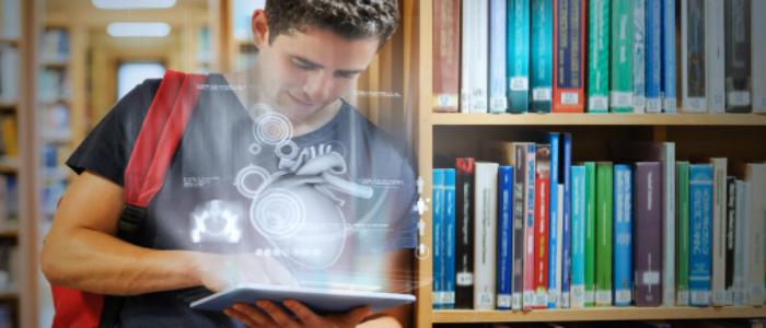 Un étudiant consulte sa tablette, source d'information intéressante