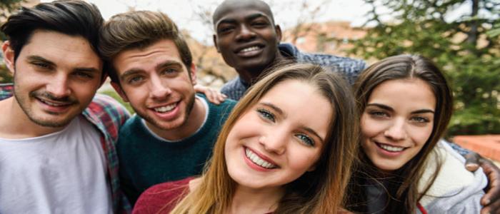 Groupe de jeunes gens symbolisant les futurs étudiants de médecine
