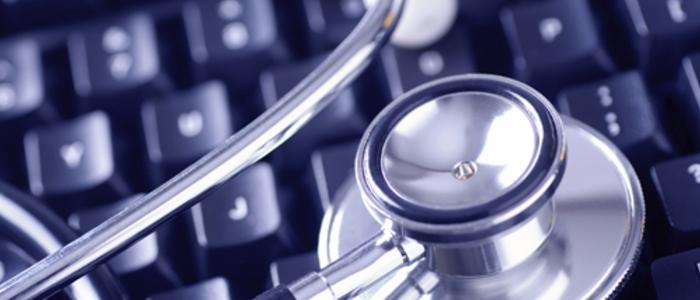 Stéthoscope posé sur un clavier d'ordinateur symbolisant l'éducation médicale par la technologie
