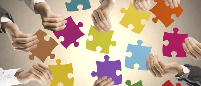 Mains tenant des pièces de puzzle