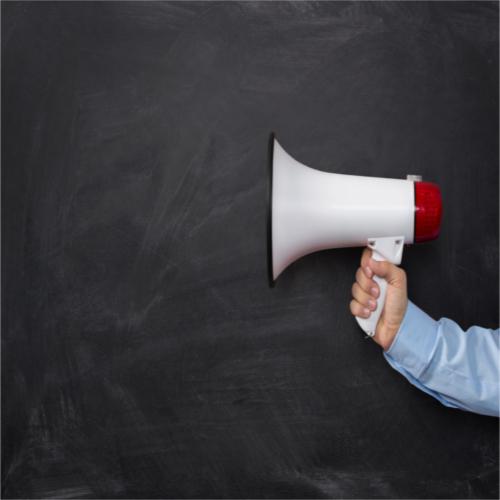 Une main tenant un megaphone