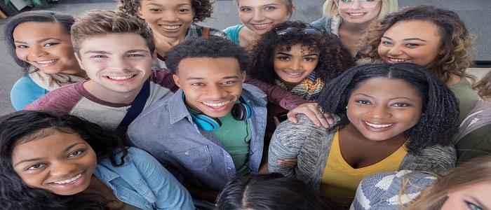 Groupe diversifié de jeunes adultes souriants
