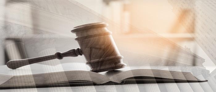 Double exposition du marteau d'un juge, de livres juridiques et d'un palais de justice en arrière-plan