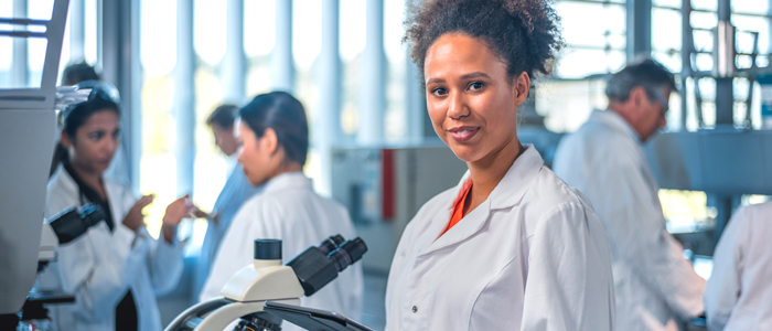 Scientifique dans laboratoire