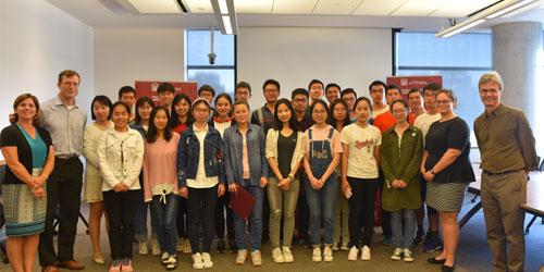 photo de group avec etudiants, professeurs et personnel de support a la faculté de medecine