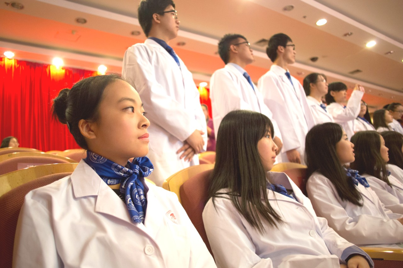 Etudiants ECMOS a la cérémonie de la blouse blanche a Shanghai