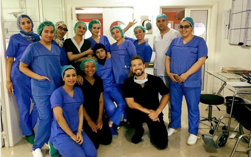 Des étudiants en médecine participant à un stage clinique à la Clinique du Detroit, à Tanger, au Maroc (Lissa Bair and Alexander Roy)