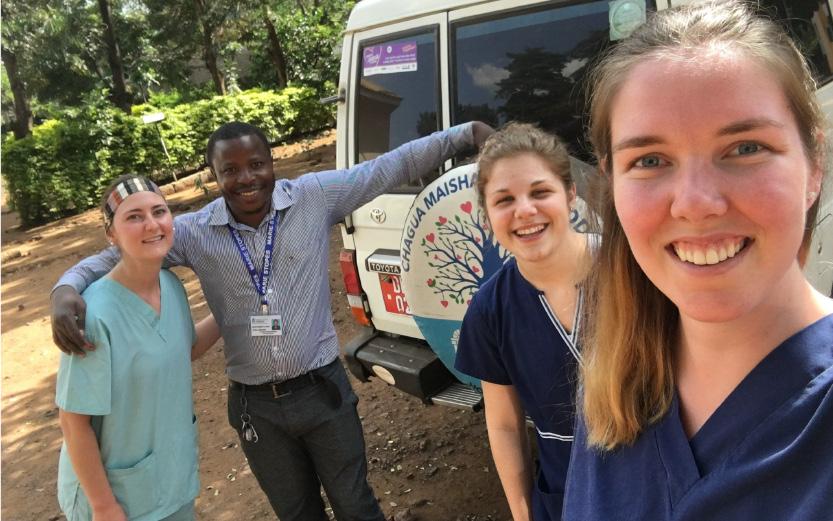 Des étudiants en médecine lors d'un stage à Moshi, en Tanzanie (Claudia Lajeunesse)