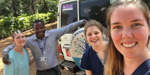 group d'etudiants en medecine pendant leur stage Clinique en Afrique