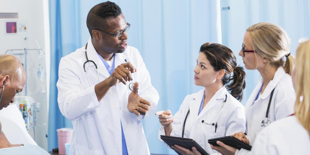 Médecin enseignant à des étudiants dans un hôpital. A doctor teaching students in hospital.