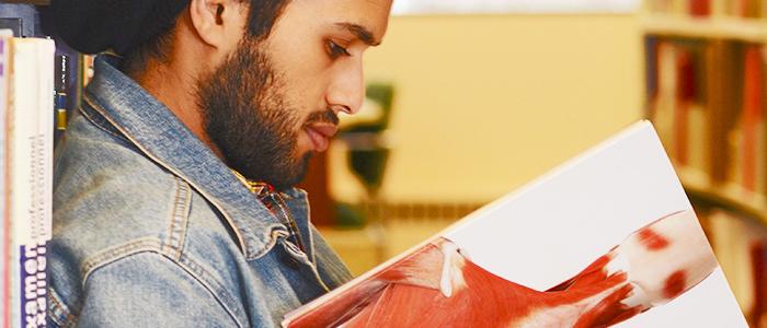Étudiant(e) de la Faculté de médecine lisant un livre