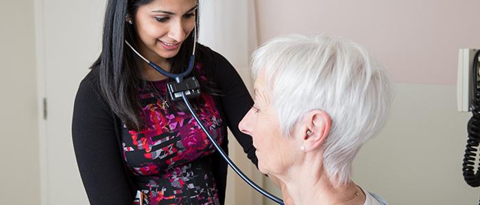 Une résidente en médecine familiale examine une patiente âgée