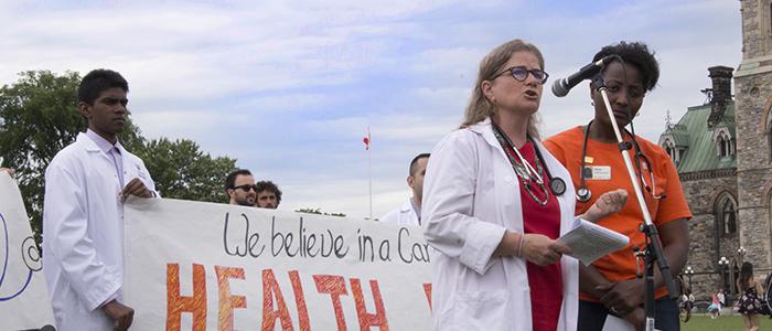 La Docteur Alison Eyre, du DMF, s'adresse à un rassemblement au Parlement pour soutenir les soins de santé aux réfugiés au Canada.
