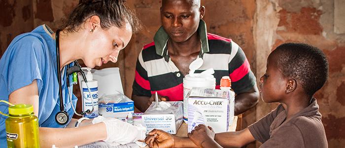 Une résidente en médecine familiale avec un jeune patient au Bénin, en Afrique de l'Ouest.