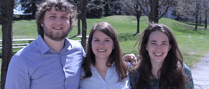 Chris Russell, Rebecca Chase et Kirsten Desjardins-Lorimer, trois étudiants membres du comité de direction du groupe d'intérêt de médecine familiale (GIMF) de 2016.