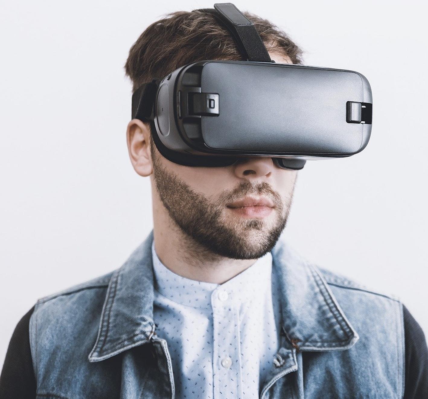 Homme qui porte des lunettes de réalité virtuelle