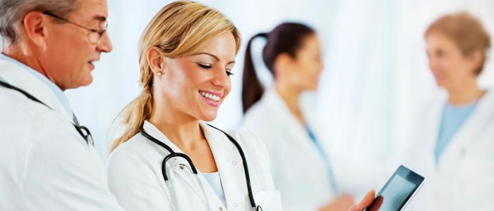 Membres du corps médical symbolisant le partage des connaissances