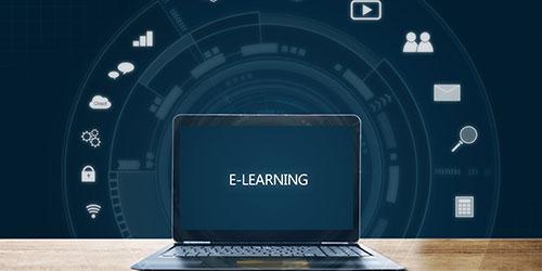 eLearning sur ordinateur portable sur un bureau en bois.