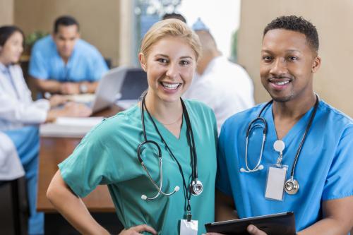 Des infirmières joyeuses en blouse. Cheerful nurses in scrubs.