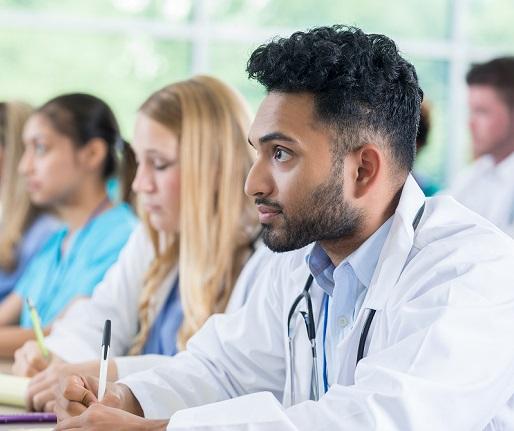 Étudiant en médecine prenant des notes