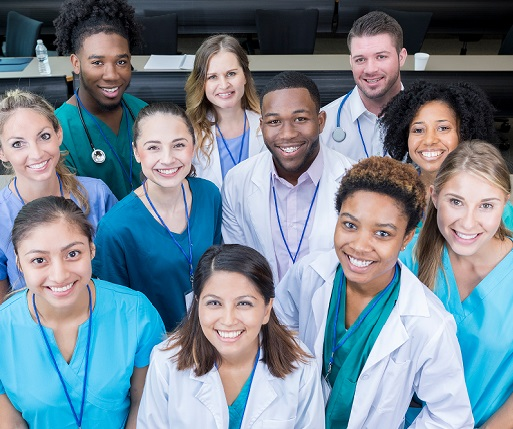Des étudiants en médecine sourient pour la caméra