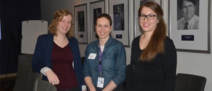 Programme de M.D./Ph. D. de l'Université d'Ottawa | Rassemblées dans la salle de conférence du doyen : Laura Forrest, Jacqueline Tokarew, Laura McDonell, étudiantes du programme de M.D./Ph. D.