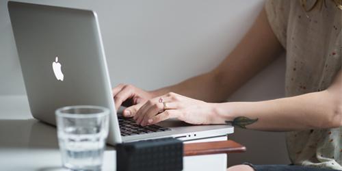 une femme travaillant sur son laptop