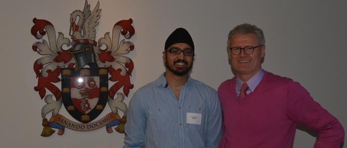 Programme de M.D./Ph. D. de l'Université d'Ottawa|Prenant la pose devant le sceau officiel de la Faculté de médecine de l'Université d'Ottawa : Pushpinder Kanda  et Michael Schlossmacher.