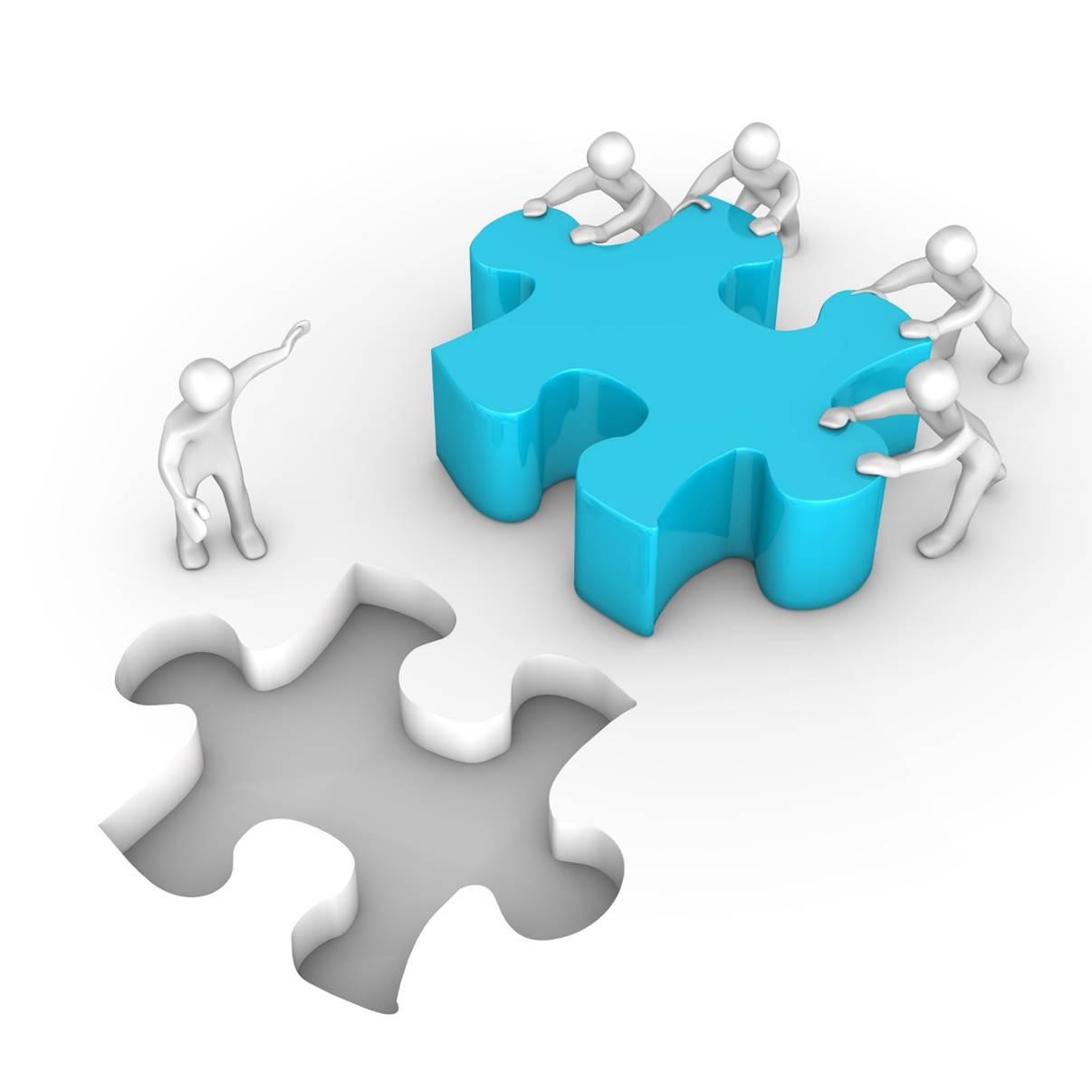 Personnes poussent une pièce d'un puzzle