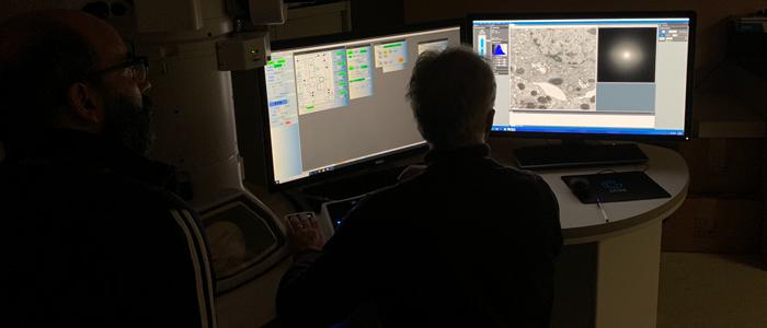 Deux chercheurs utilisant le microscope électronique à transmission.