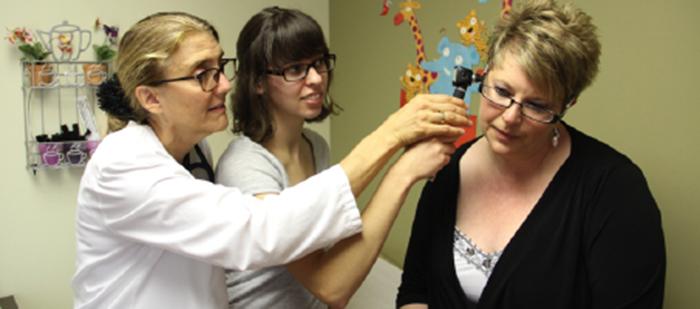 Deux médecins font une physionomie chez une patiente