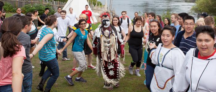 Des étudiants en médecine dansent en rond à la Célébration autochtone, 2013