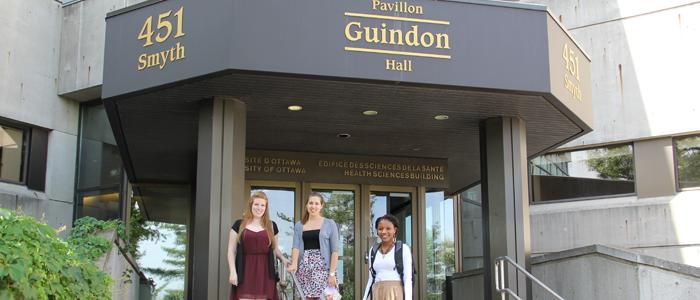 Étudiantes se rendant au Bureau des admissions