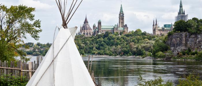 Un tipi sur l'île Victoria avec vue sur la Colline du Parlement, Ottawa