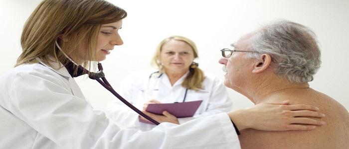 Un homme âgé chez le médecin