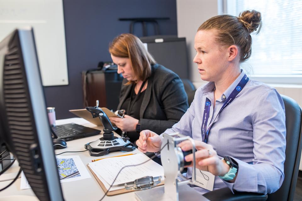 Michelle Whitty manœuvrant un appareil de contrôle pendant son évaluation.