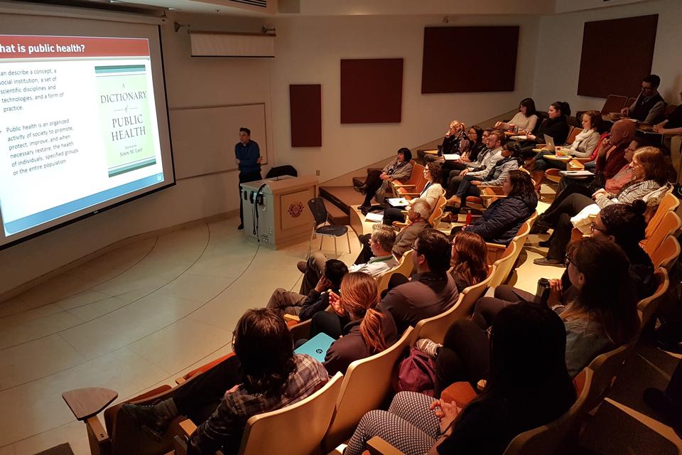 Dr Doug Coyle donne une conférence pour les étudiants de l'EESP.