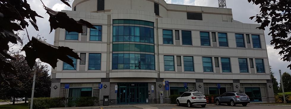 Photo de l'édifice situé au 600, croissant Peter Morand lors d'une journée nuageuse.