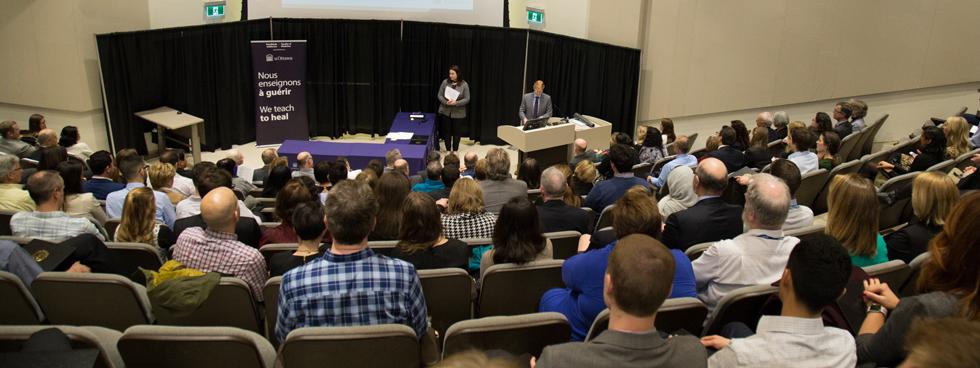 Un public nombreux assiste à la cérémonie de remise de prix au pavillon Roger-Guindon.
