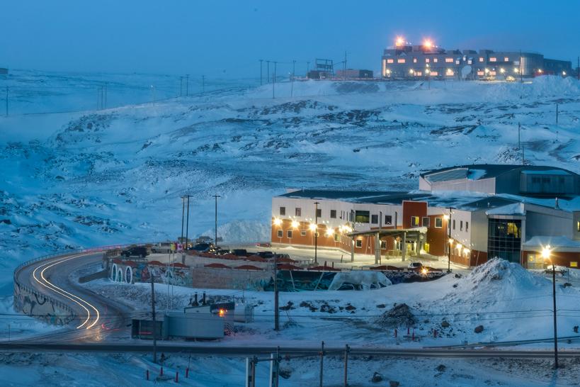 Une photo de l'hôpital général de Qikiqtani de nuit