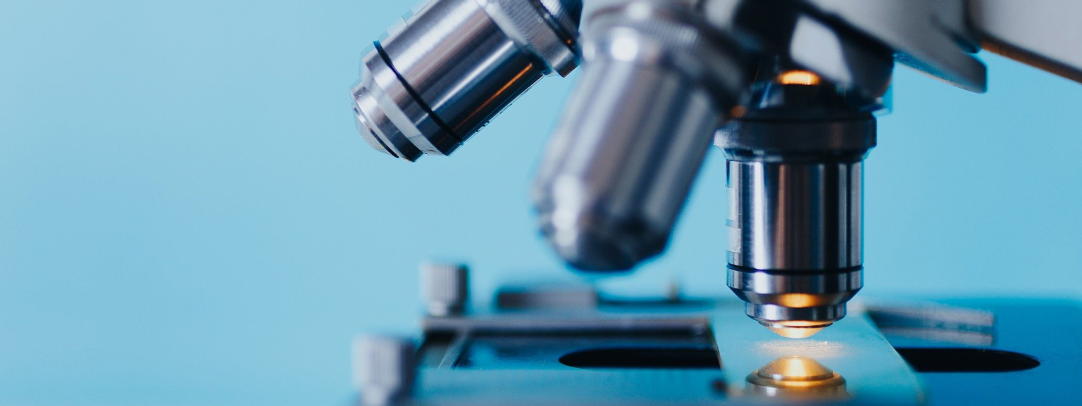 un gros plan des lentilles de microscope
