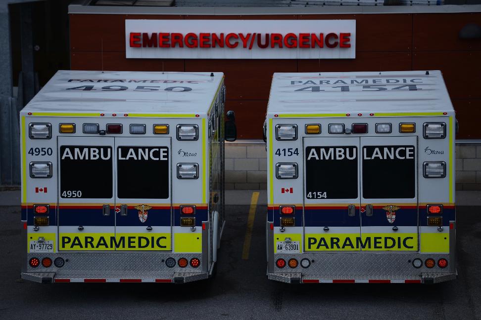 deux ambulances a l'entree d'urgence