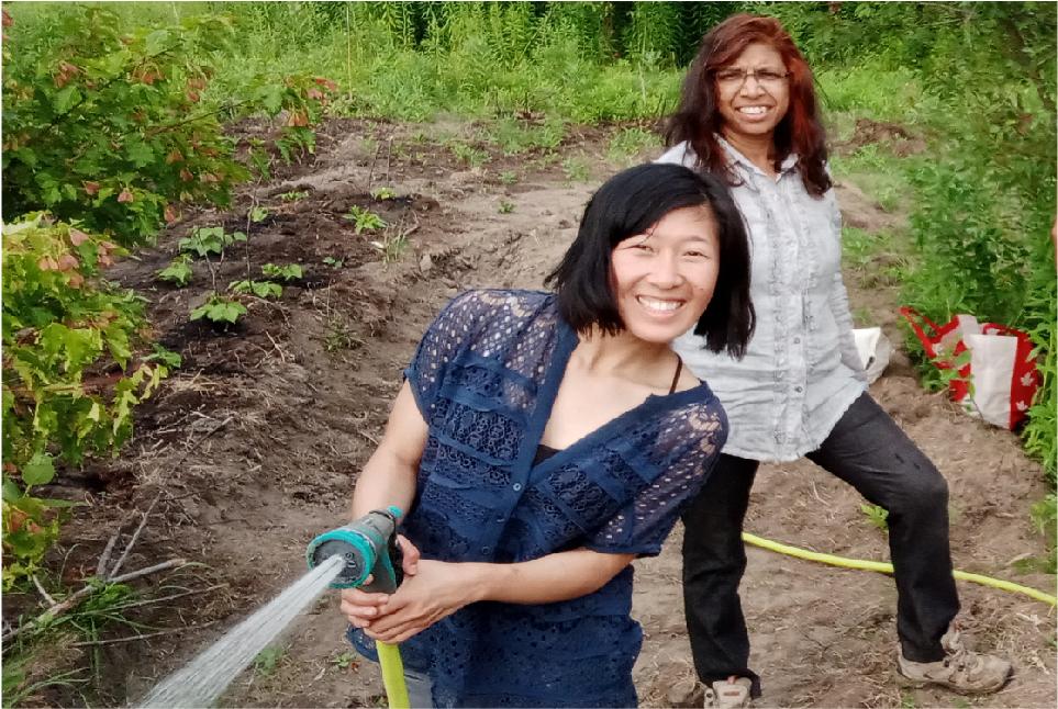 La Dre Smita Pakhale et une ami dans un jardin