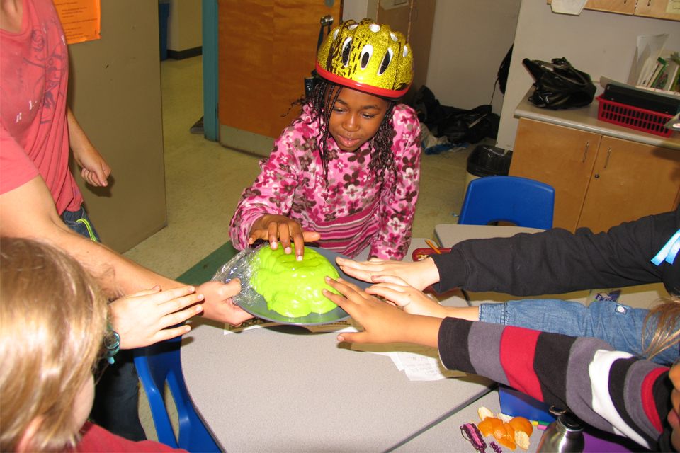uOttawa MD students visit Ottawa elementary school classrooms to show kids the importance of wearing a bike or sports helmet.
