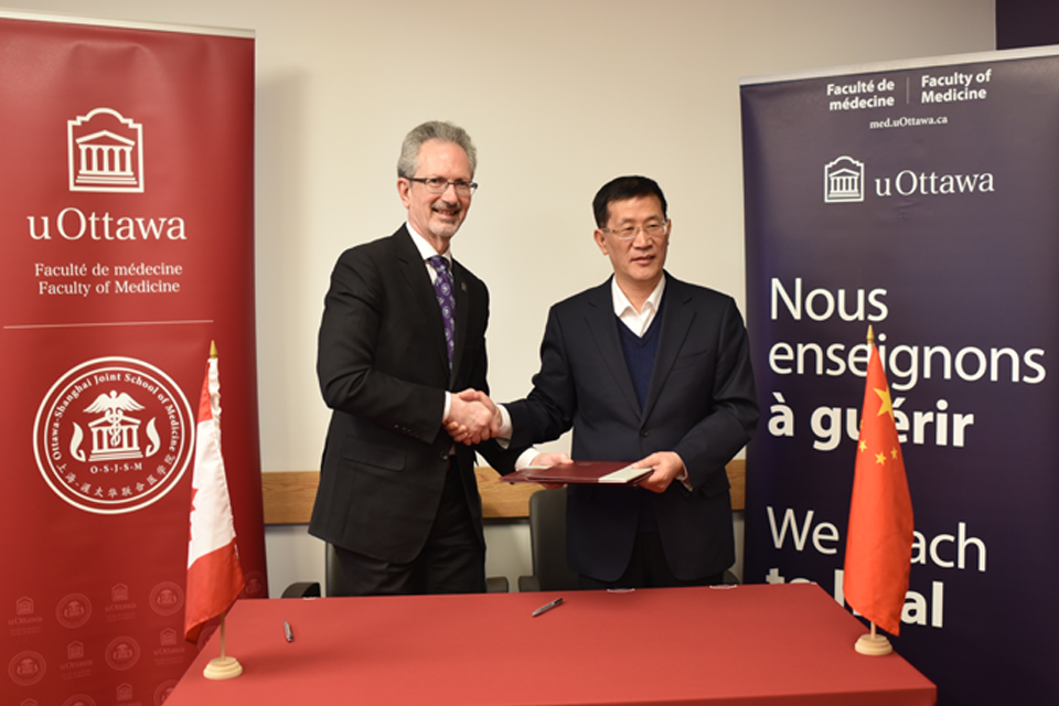 Signing of a Memorandum of Understanding between uOttawa Faculty of Medicine and the China Academy of Chinese Medical Sciences.