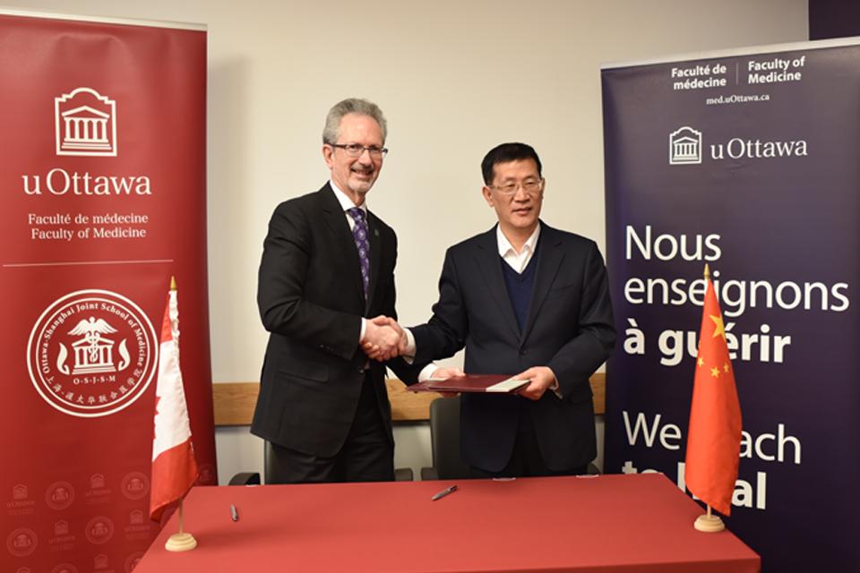 La signature d'un protocole d'entente entre la Faculté de médecine de l'uOttawa et l'Académie de Chine des sciences médicales chinoises.